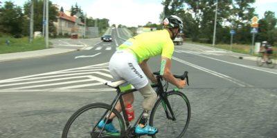 w protezie na rowerze